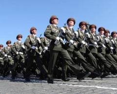 Военные готовятся к первой ночной репетиции парада